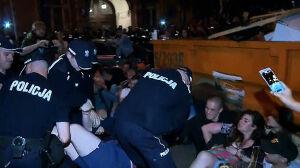 Blokowali wyjazd z Sejmu, policja ich usunęła i ukarała mandatami
