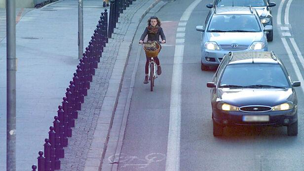 Niektórzy rowerzyści boją się korzystać z pasów na jezdni TVN24