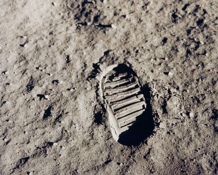 Jeden z pierwszych kroków na Księżycu (NASA)