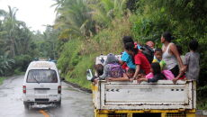Ewakuacje na Filipinach (PAP/EPA/JONNEL MARIBOJOC)